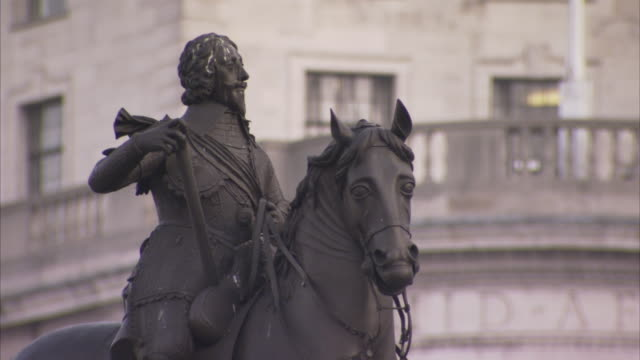 a statue on trafalgar square depicts king charles i on horseback. - statue stock videos & royalty-free footage