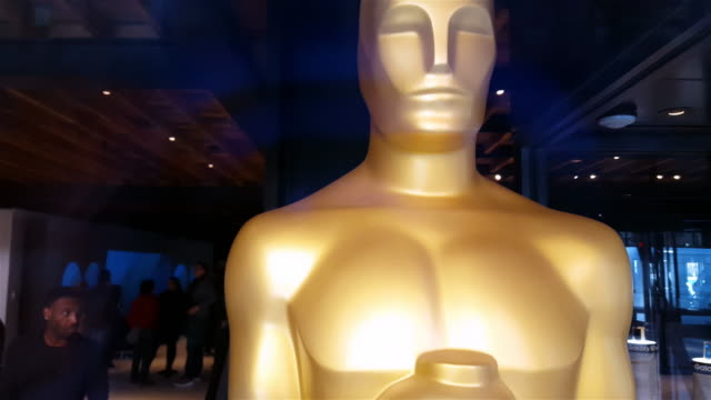 stockvideo's en b-roll-footage met statue oscars academy awards 4k - academy awards