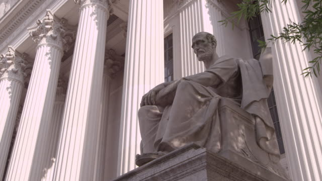 stockvideo's en b-roll-footage met la statue sitting in front of the national archives / washington dc, united states - national archives washington dc