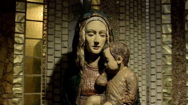 vídeos y material grabado en eventos de stock de estatua virgen maría con niño jesús - arte decorativo