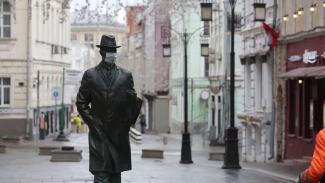 vídeos de stock, filmes e b-roll de statue wears a face mask in moscow, russia, on tuesday, april 14, 2020. moscow mayor sergei sobyanin tightened the lockdown on russia's capital,... - moscou