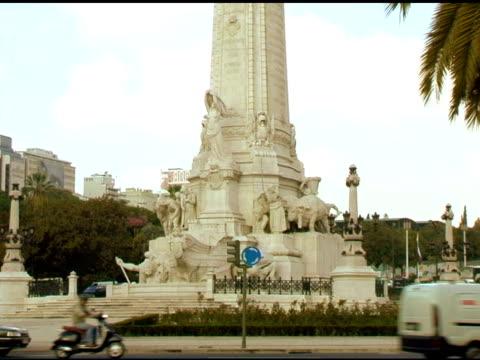 vídeos de stock, filmes e b-roll de estátua com tráfego em turnabout em lisboa, portugal - figura masculina