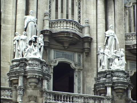 stockvideo's en b-roll-footage met cu, statues and balconies on grand theatre facade, havana, cuba - menselijke vorm