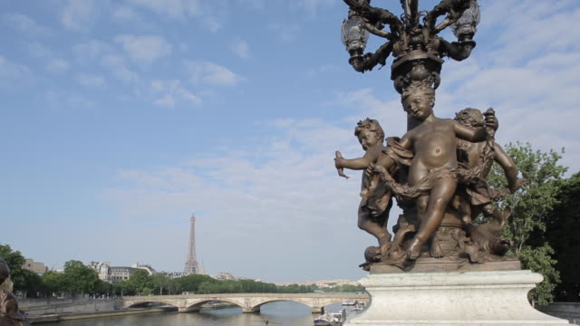 vídeos de stock e filmes b-roll de statues and lamps on pont alexandre lll and eiffel tower, paris, france, europe - figura masculina
