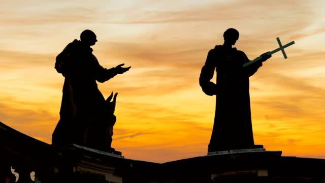 vídeos y material grabado en eventos de stock de estatuas al atardecer, lapso de tiempo - sacerdote
