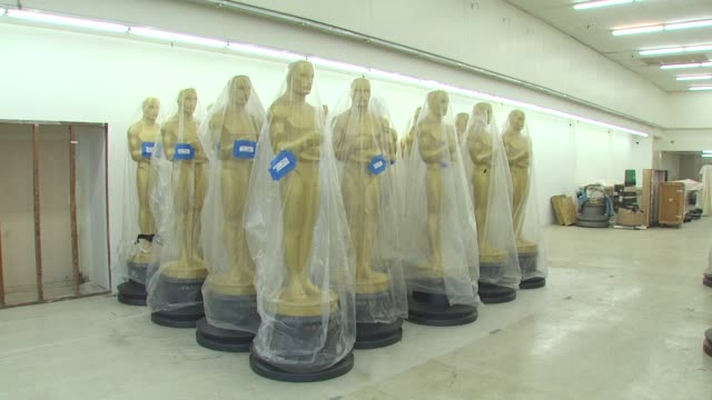 statues at the academy of motion picture arts and sciences' oscar statue paint day at hollywood ca. - academy of motion picture arts and sciences 個影片檔及 b 捲影像