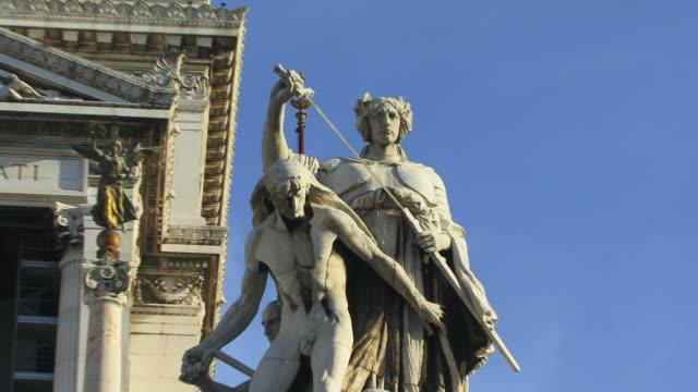 vídeos y material grabado en eventos de stock de cu, zo, la, statues in front of national monument of victor emmanuel ii, rome, italy - frontón característica arquitectónica