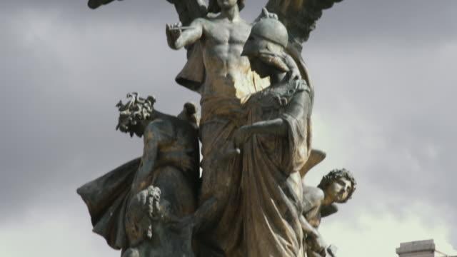 vídeos y material grabado en eventos de stock de ms la tu statues in front of patriae vnitati / rome, italy - figura femenina
