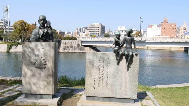statues in hiroshima peace memorial park, japan - 記念碑点の映像素材/bロール