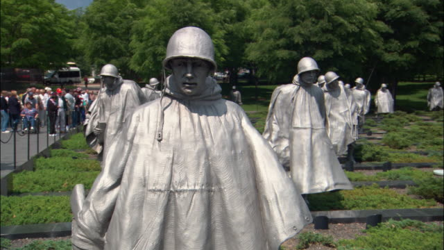 ms, zi, cu statues in korean war veterans memorial, washington dc, usa - figura maschile video stock e b–roll