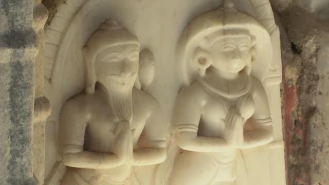 vidéos et rushes de statues of hindu gods carved in marble - dieu