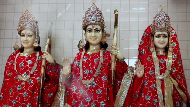 vídeos de stock e filmes b-roll de statues of indian gods  - deus