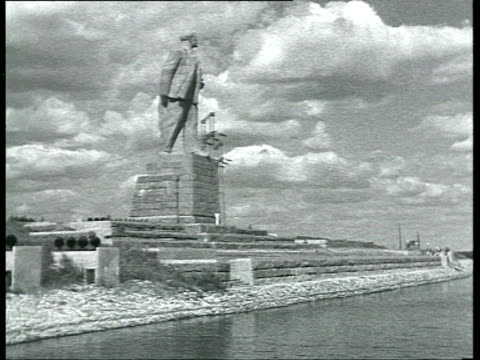 stockvideo's en b-roll-footage met statues of lenin and stalin on volga river bank / moscow, russia - mannelijke gelijkenis