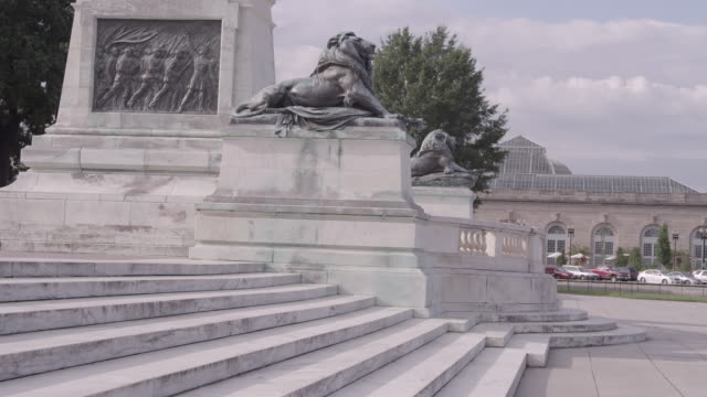 vídeos y material grabado en eventos de stock de ws statues of lions sitting at base of ulysses s. grant memorial with traffic in background / washington dc, united states - ulysses s grant