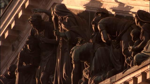 vídeos y material grabado en eventos de stock de statues of roman soldiers and religious figures decorate the exterior of a building. - soldado romano
