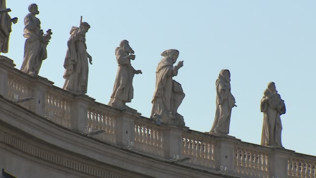 vídeos de stock e filmes b-roll de statues of saints on the colonnades on st peter's square vatican city - vista geral
