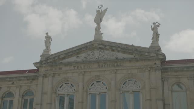 vídeos y material grabado en eventos de stock de statues of teatro nacional de costa rica - frontón característica arquitectónica