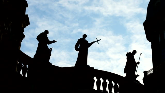 statues of the hofkirche in dresden - cristianesimo video stock e b–roll