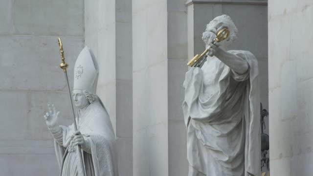 stockvideo's en b-roll-footage met zi statues on the facade of salzburg cathedral of st. rupert's - mannelijke gelijkenis