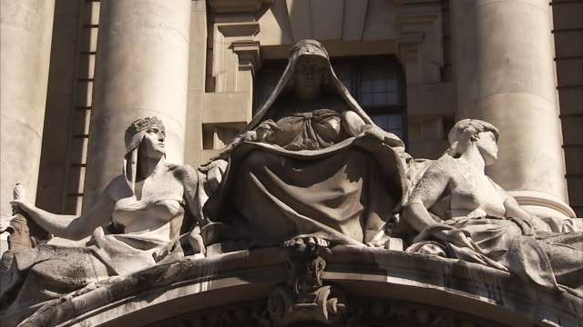 statues outside the old bailey court london available in hd. - オールドベイリー点の映像素材/bロール