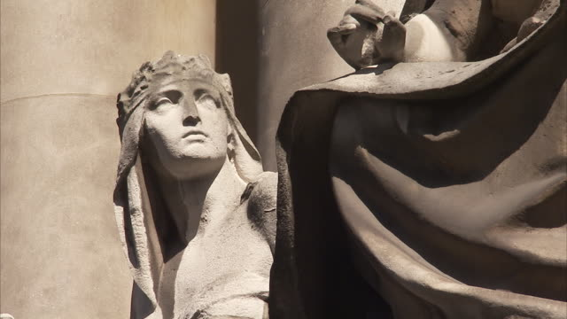a statues outside the old bailey london available in hd. - オールドベイリー点の映像素材/bロール