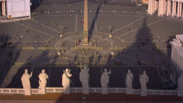 vídeos de stock e filmes b-roll de statues overlooking the piazza of st peter's basilica - obelisk