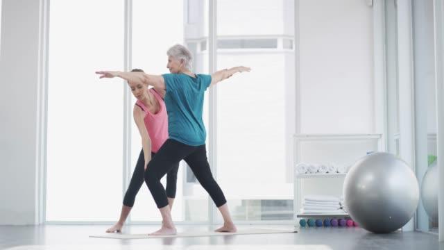 vídeos de stock, filmes e b-roll de fique tão ativo como você pode, não importa a sua idade - pilates