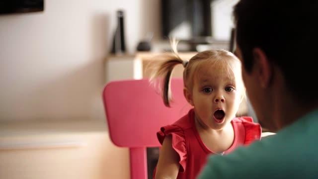 vidéos et rushes de rester à la maison père et sa fille - genderblend