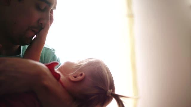 vídeos de stock e filmes b-roll de stay at home father and his daughter - pai dono de casa