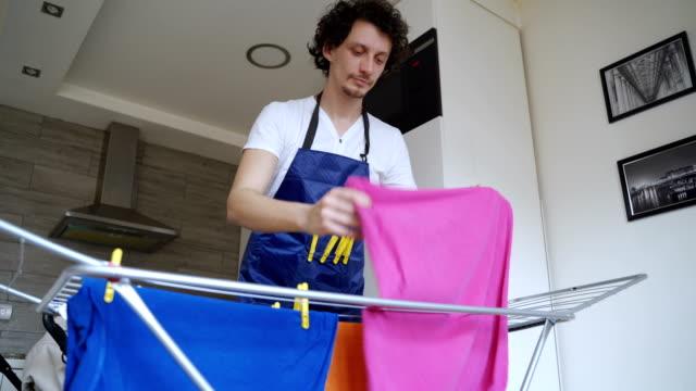 vidéos et rushes de rester à la maison père - lessive corvée domestique