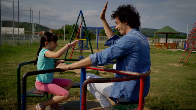 遊び場で娘と一緒に家にいる父親 - gフォース点の映像素材/bロール