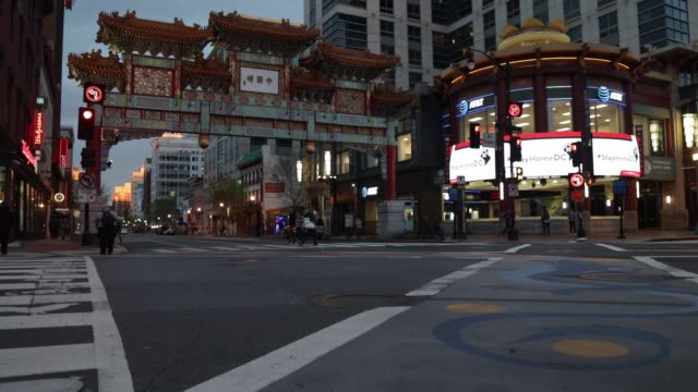 vidéos et rushes de stay at home message is shown on jumbotrons in a quiet chinatown april 1, 2020 in washington, dc. the district of columbia has joined other states... - maryland état