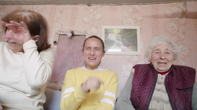 bleiben sie zu hause. drei generationen familien verbringen zeit zusammen während der covid-19 pandemie ausbruch. fernsehen. - fernsehbranche stock-videos und b-roll-filmmaterial