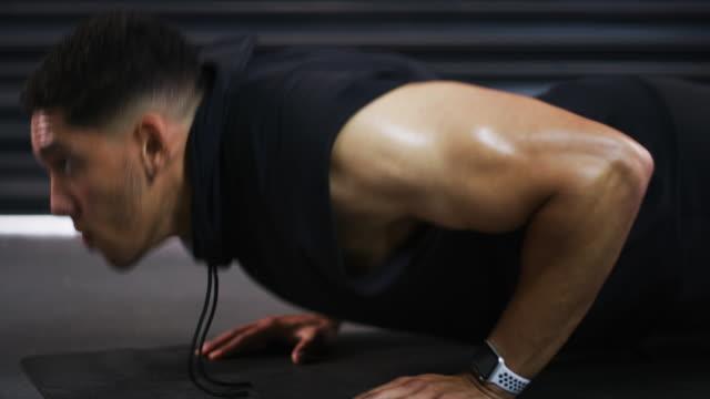 stockvideo's en b-roll-footage met blijf geconcentreerd en je zult zien veranderen - oefeningen met lichaamsgewicht