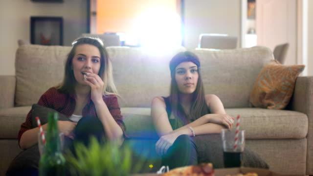 für das wochenende zu hause zu bleiben - teenager alter stock-videos und b-roll-filmmaterial