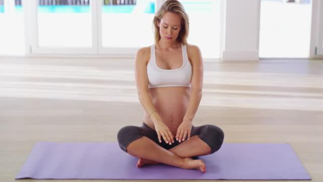 staying healthy and centered in the last trimester - preparazione al parto video stock e b–roll