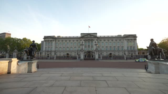 vídeos y material grabado en eventos de stock de steadicam a police car patrols outside an almost empty buckingham palace at sunset time during the global outbreak of coronavirus covid19 pandemic... - stabilized shot