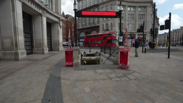 vídeos y material grabado en eventos de stock de steadicam a quiet transport for london oxford circus underground station on london's oxford street due to the global outbreak of coronavirus covid19... - stabilized shot