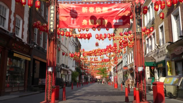 vídeos y material grabado en eventos de stock de steadicam an almost empty and normally very busy street in london's china town due to the global outbreak of coronavirus covid19 pandemic the country... - stabilized shot