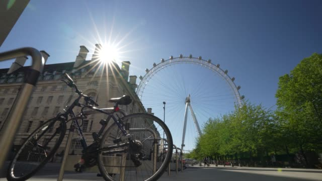 vídeos de stock e filmes b-roll de steadicam - an almost empty bike lock area for commuters next to the london eye due to the global outbreak of coronavirus covid-19 pandemic. the... - stabilized shot
