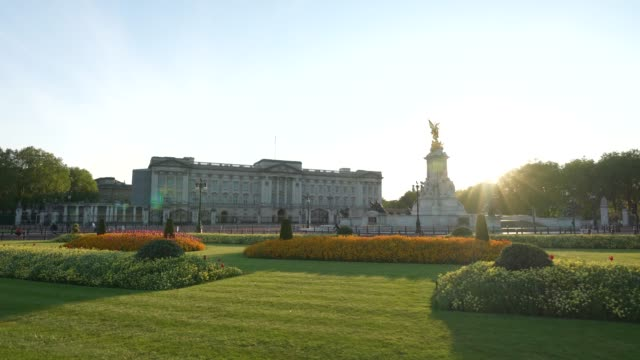 steadicam - an almost empty buckingham palace at sunset time during the global outbreak of coronavirus covid-19 pandemic. the country continued... - stabilized shot stock videos & royalty-free footage