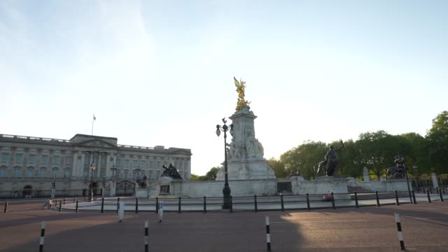 vídeos y material grabado en eventos de stock de steadicam an almost empty buckingham palace at sunset time during the global outbreak of coronavirus covid19 pandemic the country continued... - stabilized shot
