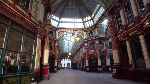 vídeos y material grabado en eventos de stock de steadicam an empty and closed off leadenhall market during the global outbreak of coronavirus covid19 pandemic the country continued quarantine... - stabilized shot