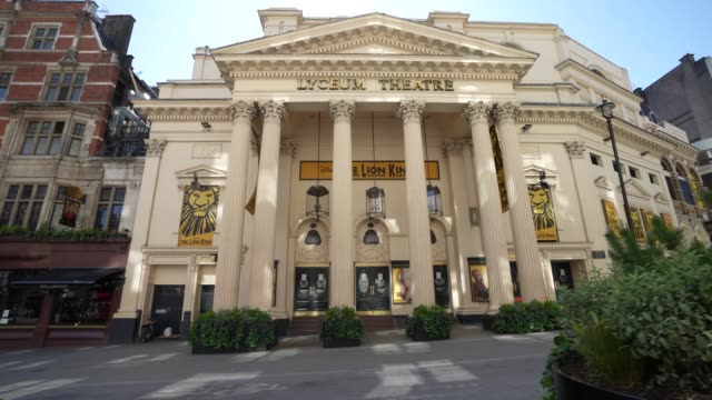 vídeos de stock e filmes b-roll de steadicam - closed london lyceum theatre that normally has the lion king showing due to the global outbreak of coronavirus covid-19 pandemic. the... - stabilized shot