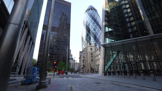 steadicam empty streets in the city of london with the 30 st mary axe building in the background during the global outbreak of coronavirus covid19... - sir norman foster building stock videos & royalty-free footage