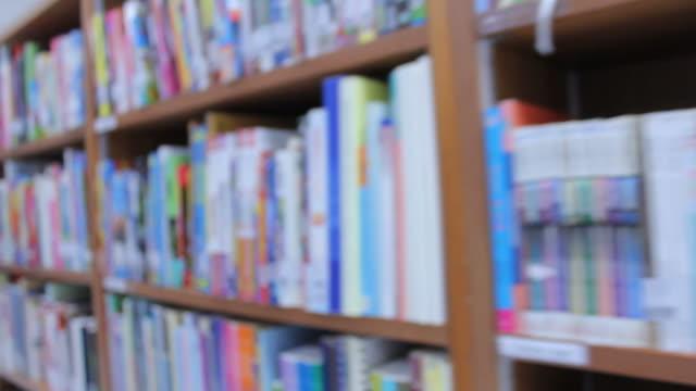 Steadicam HD: Bücherregal in Bibliothek