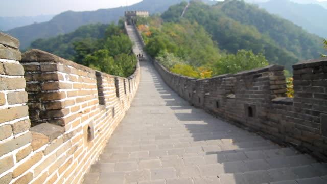 vídeos de stock, filmes e b-roll de steadicam shot running along the great wall of china in beijing - grande muralha da china