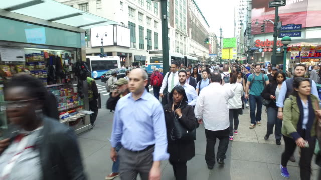 vídeos de stock, filmes e b-roll de steady cam shot of crowds of people walking and crossing in new york manhattan during rush hour - pedestre