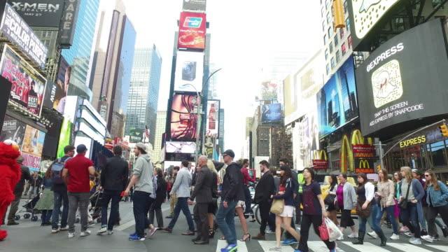 steady cam shot of crowds of people walking and traffic in manhattan times square - マンハッタン タイムズスクエア点の映像素材/bロール