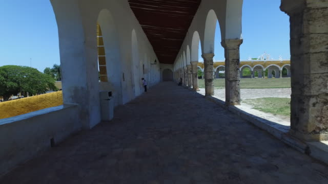 "steady cam shot of monastery of the golden city"" of izamál, mexico - 建築上の特徴 アーチ点の映像素材/bロール"